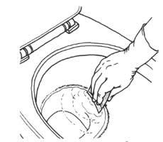 輪についた尿石汚れは、1000番の耐水サンドペーパーでこすった後、1500番で仕上げる。